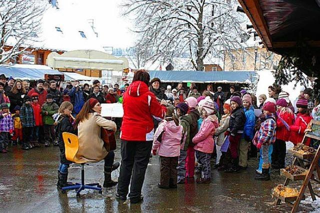 Grundschulchor eröffnet den Weihnachtsmarkt