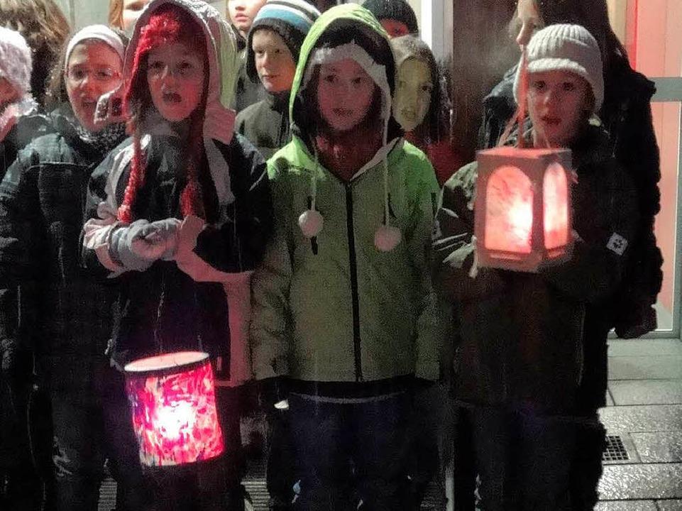 Zum Lichterglanz trugen die bunten Laternen der Kinder bei.  | Foto: Silke Hartenstein