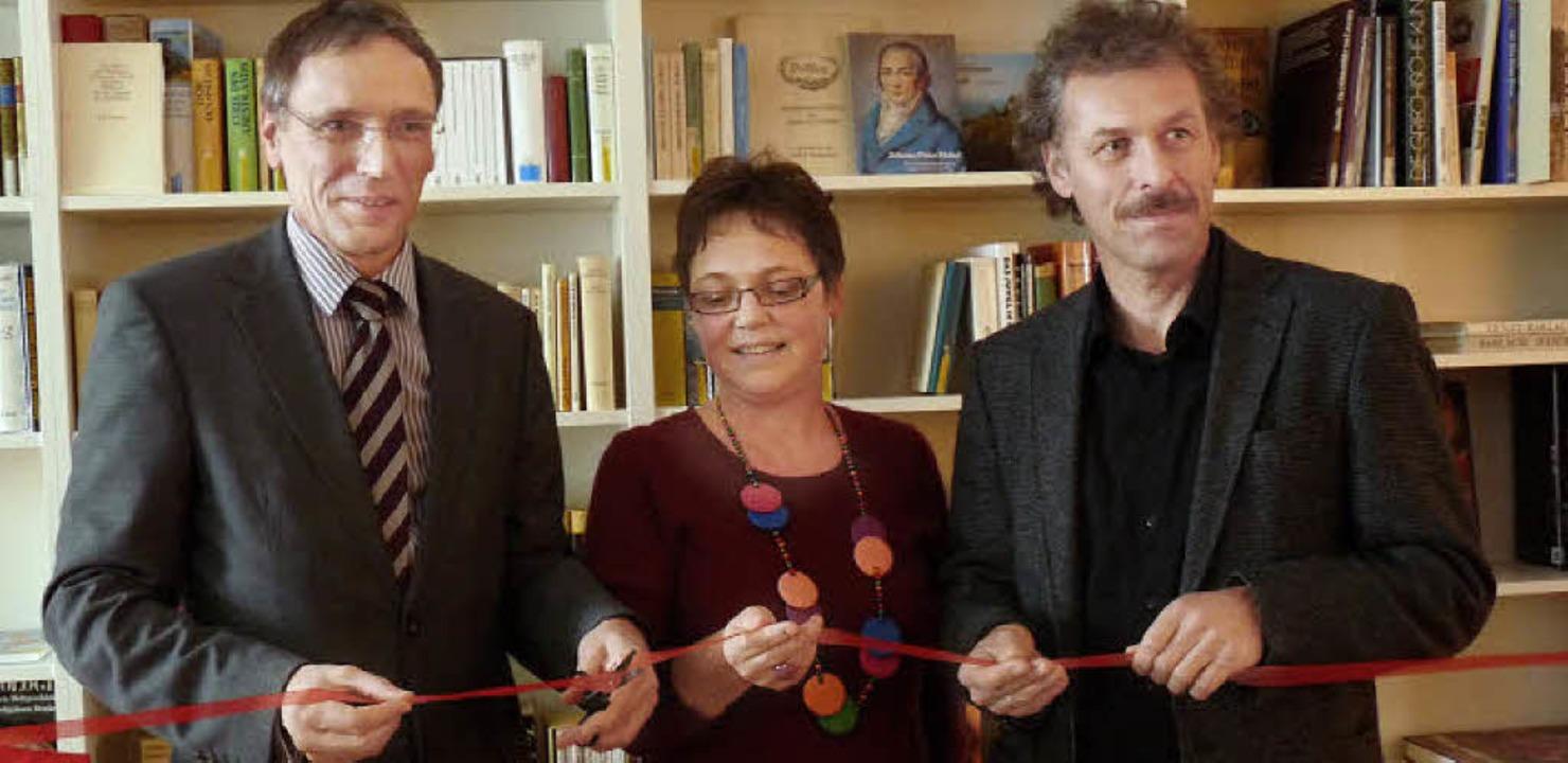 André Marker (links), Vorstandsvorsitz... das neue Lern- und Medienzentrum ein.  | Foto: Claudia Gabler