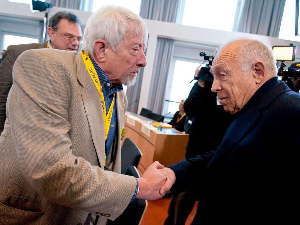 Gangolf Stocker (links) mit dem Stuttgart 21-Schlichter Heiner Geißler.  | Foto: dpa