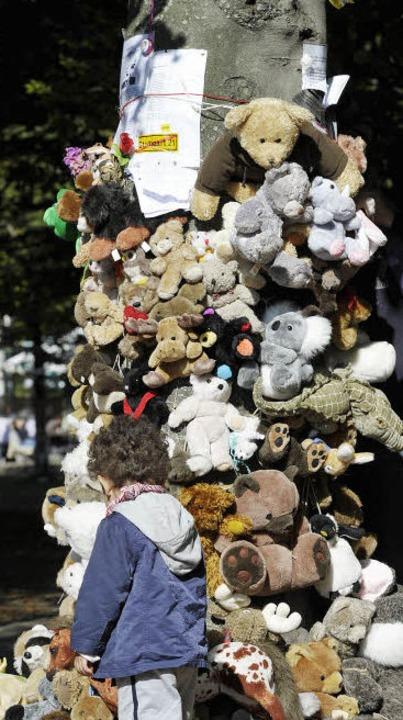 Teddys für die Bäume im Schlosspark Stuttgart    Foto: dpa