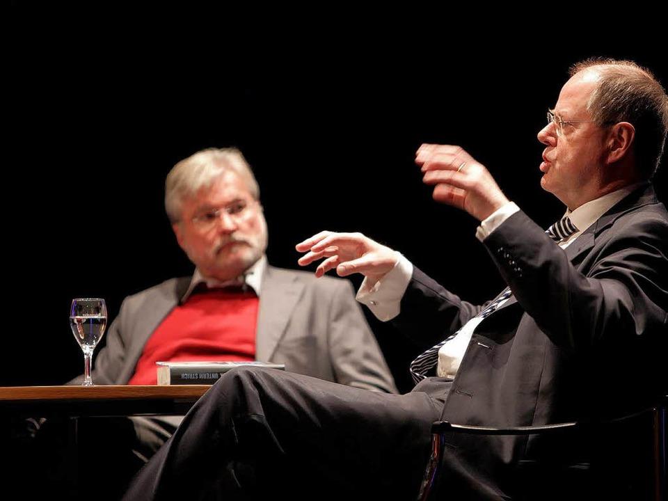 Der frühere Finanzminister Peer Steinb...ch mit BZ-Chefredakteur Thomas Hauser.  | Foto: Christoph Breithaupt