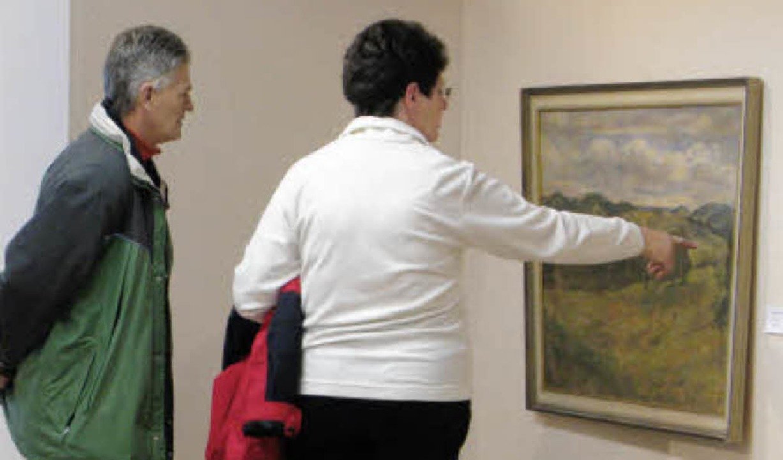 Ausstellungsbesucher im Hans-Thoma-Mus...ten eines Gemäldes von Franz Winkler.   | Foto: Ulrike Spiegelhalter