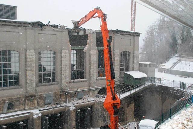 Kraftwerk in Rheinfelden: Der Abrissbagger schlägt zu
