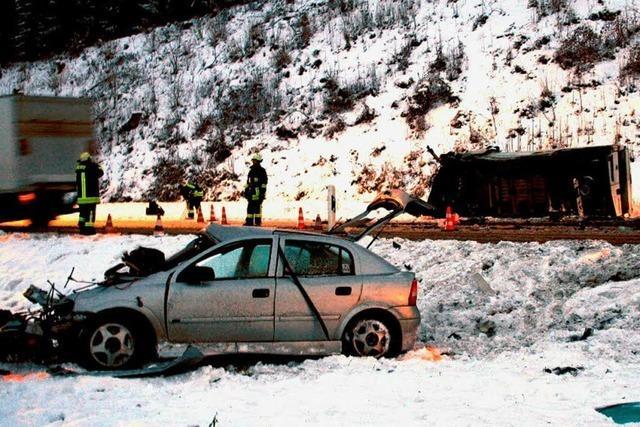 Junger Autofahrer tödlich verletzt