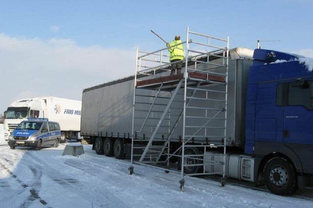 14 Laster haben zu viel Eis und Schnee auf dem Dach