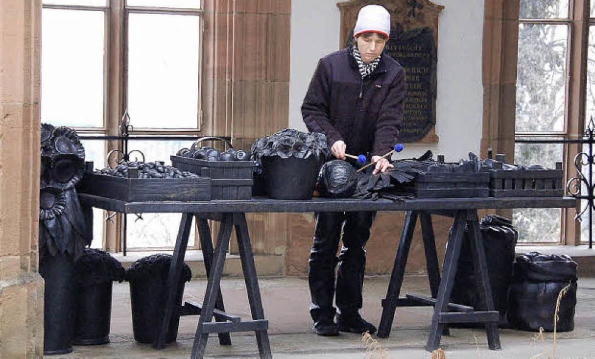 Die Schlagzeugerin Edith Habraken trom... Schenkung der bronzenen Markttische.   | Foto: Annette Mahro
