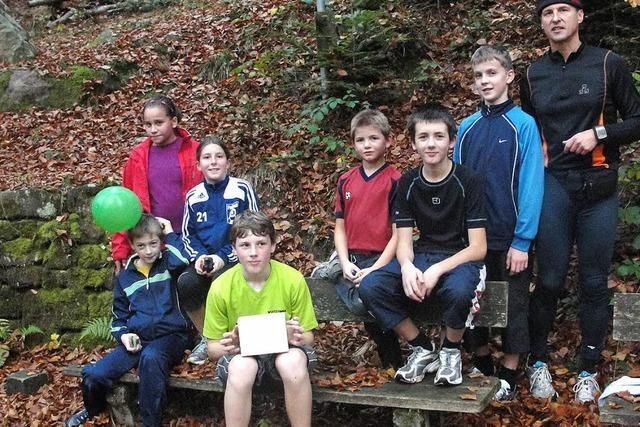 Junge Läufer machten sich auf Schatzsuche im Wald