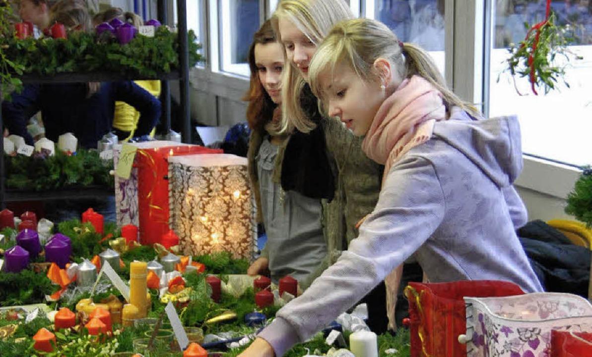 Adventsgestecke, Bastelarbeiten und vi...r in der Hugo-Höfler-Realschule feil.   | Foto: hans-jochen voigt