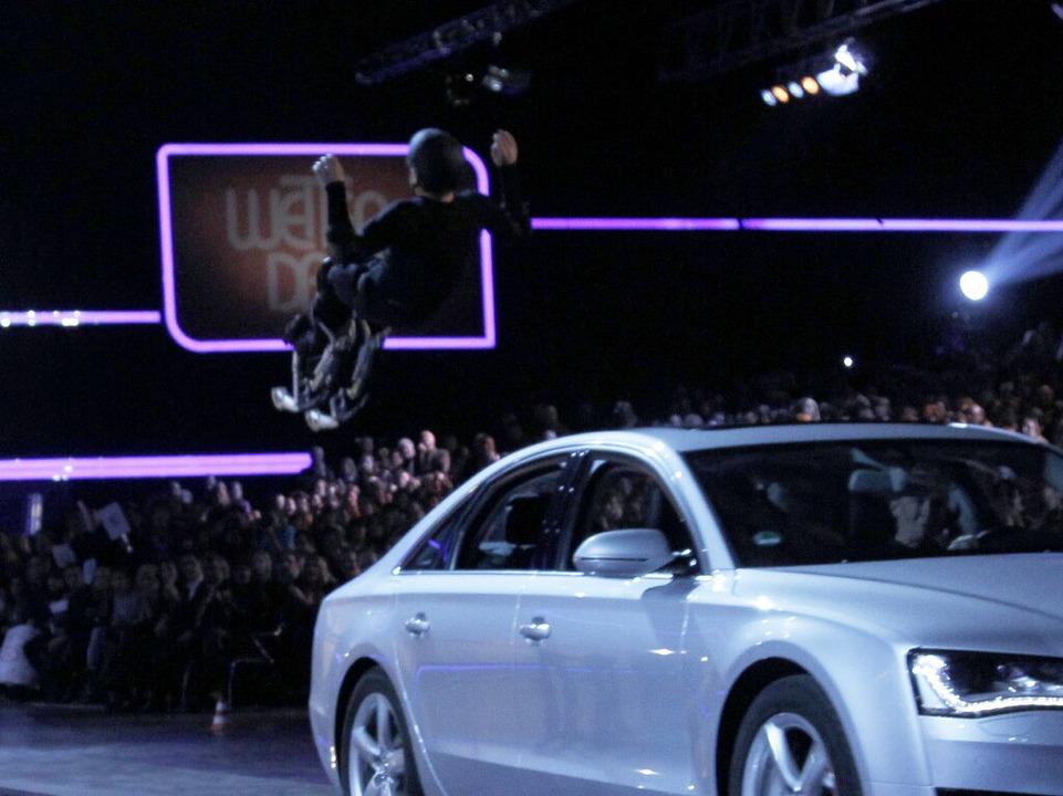 Samuel Koch springt über das Auto und verletzt sich schwer.    Foto: dpa