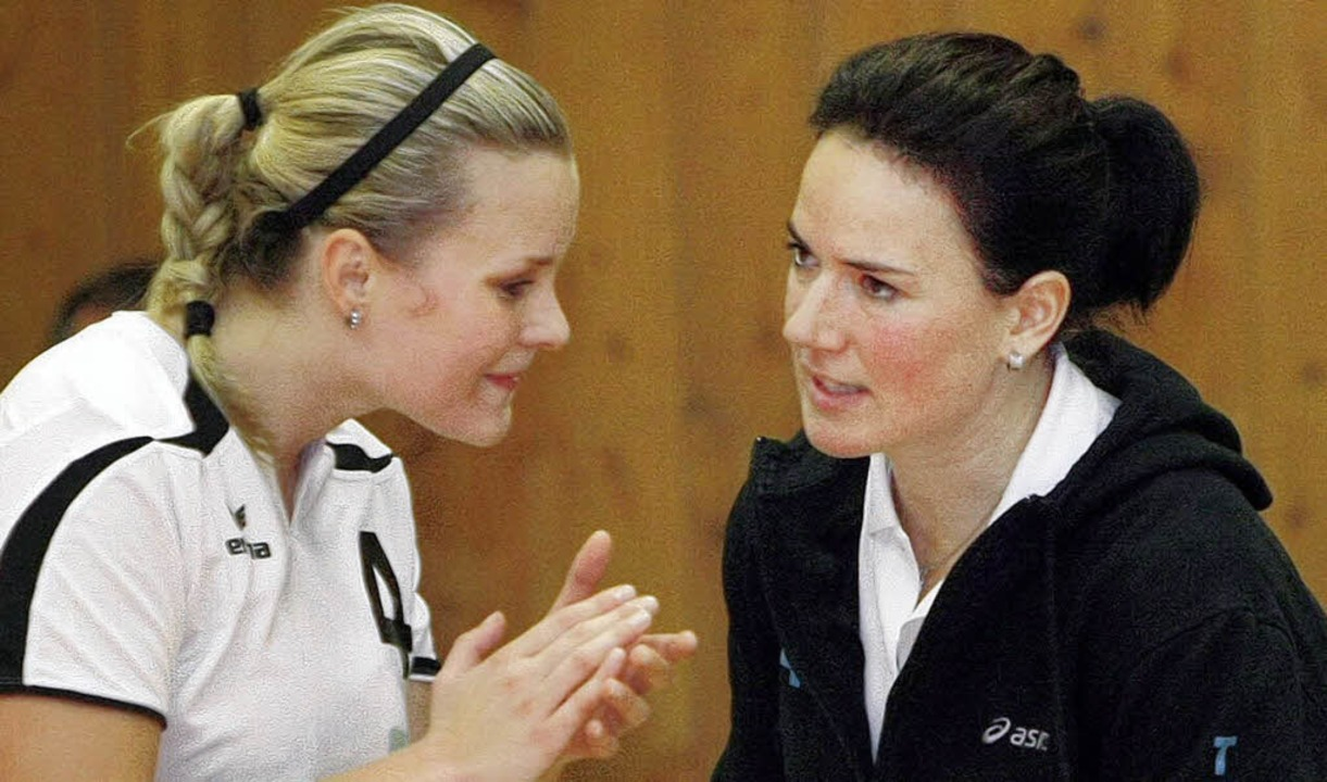 Beratung: Lenka Melicharkova und Trainerin Tanja Scheuer.   | Foto: faü
