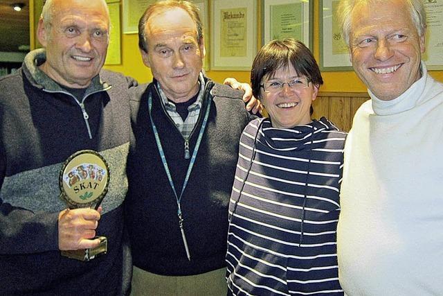 Heinz Sander holt den Pokal