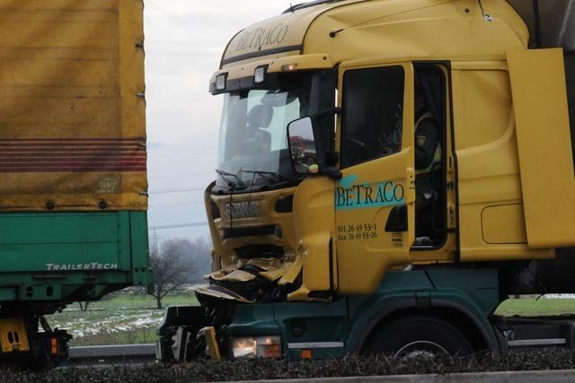 Autobahn A5: Massenkarambolage mit fünf Lastern – ein Toter
