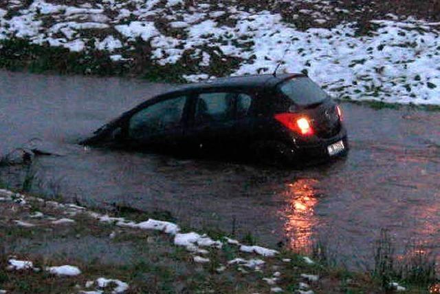 Autofahrerin landet im eiskalten Ettenbach - gerettet