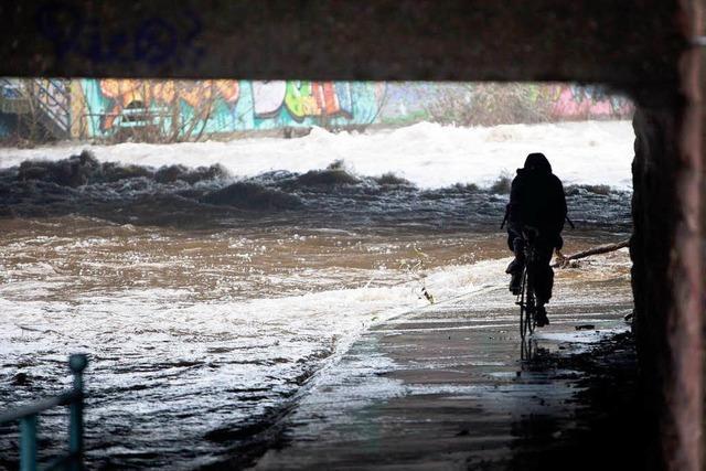 Hochwasser: Wege gesperrt – Surfer freut's