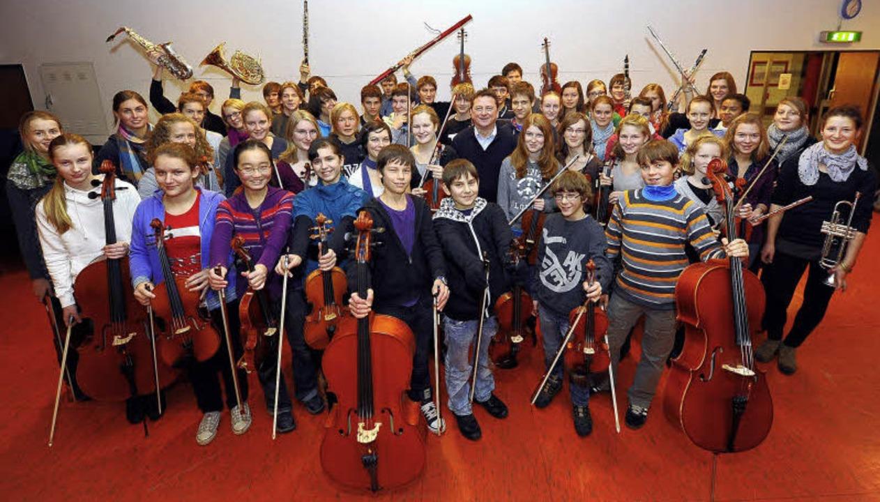 Das Jugendorchester und die Sinfoniett...eihnachtswunsch 582,50 Euro erspielt.     Foto: ingo schneider