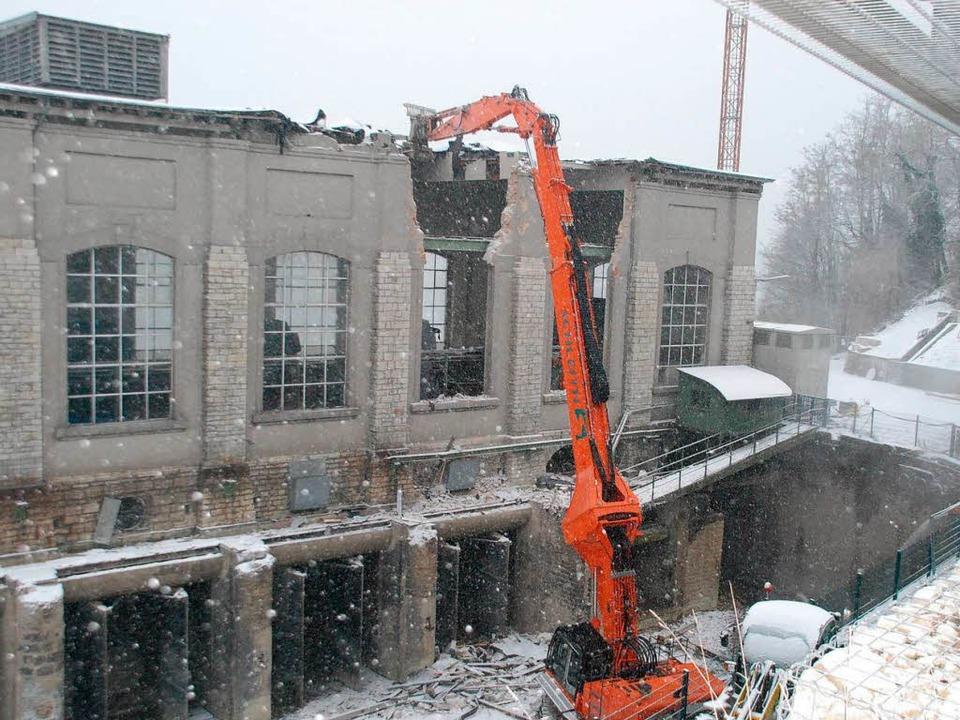 Der Abriss des alten Wasserkraftwerks in Rheinfelden läuft.  | Foto: Ralf Staub