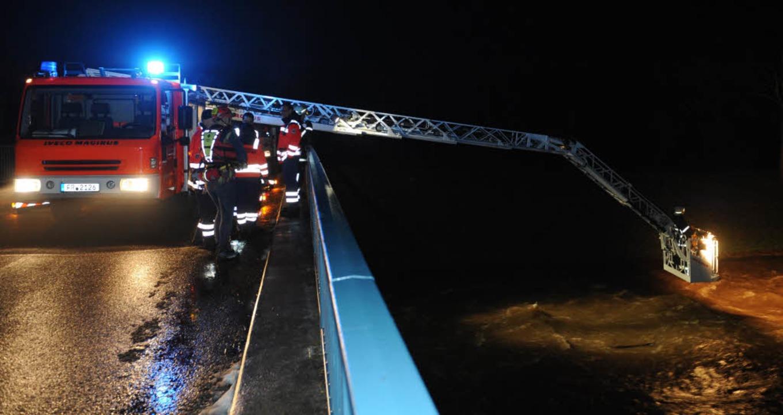 Die Rettungskräfte suchen die Dreisam nach dem Vermissten ab.    Foto: dpa