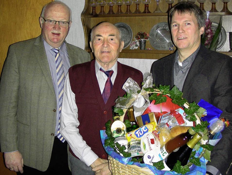 Zum 90. Geburtstag gratulierten Max Sc...svorsteher Thomas Gerspach (rechts) .     Foto: mario schöneberg