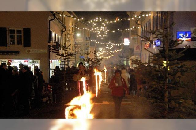 50 Feuer weisen den Weg in die Stadt