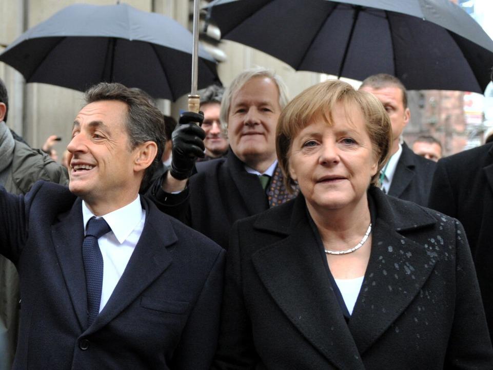 Deutlich sichtbar: Die Folgen der Spritzattacke auf dem Blazer von Merkel.  | Foto: dpa