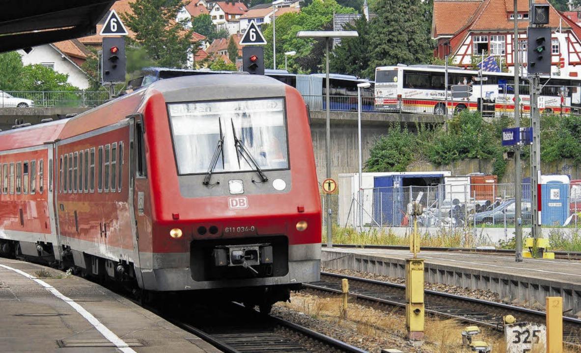 Dieseltriebwagen des Typs VT 611 fahren auf der Hochrhein-Bahnstrecke.    | Foto: dpa