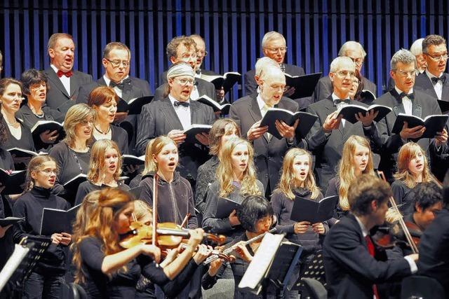 100 Mitwirkenden gelingt ein beeindruckendes Konzert
