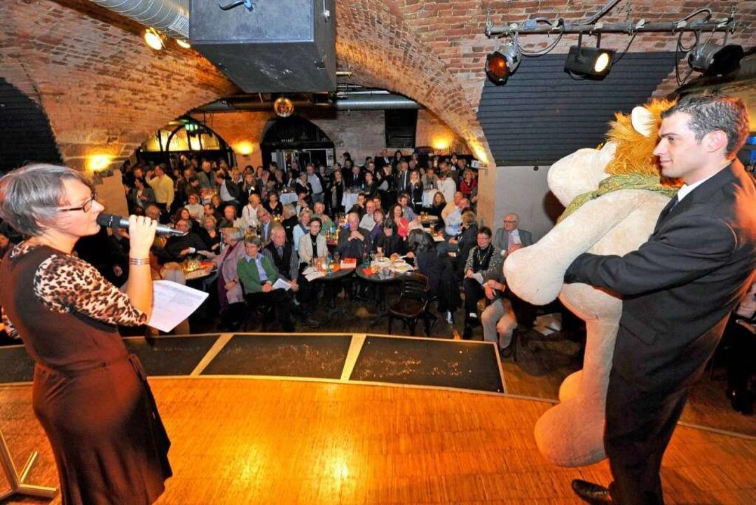Die XXL-Kuscheltiere, wie Auktionatori...nes versteigerte, waren sehr begehrt.   | Foto: Bamberger