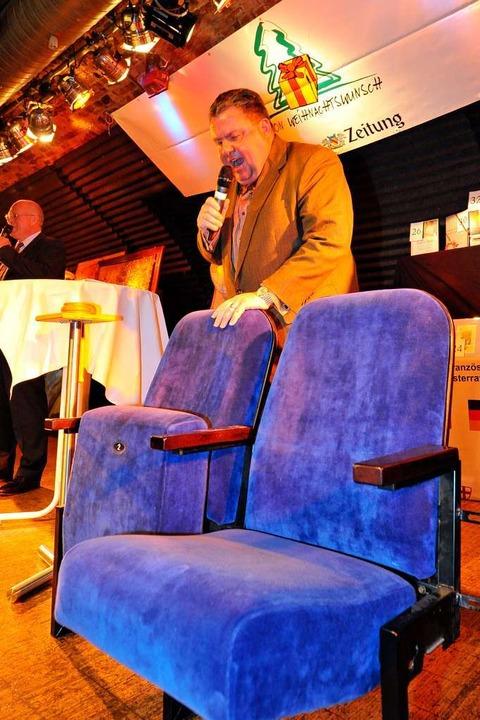 Christian Hodeige mit zwei Kinosesseln... künftig in einem Kinderzimmer stehen.  | Foto: Michael Bamberger