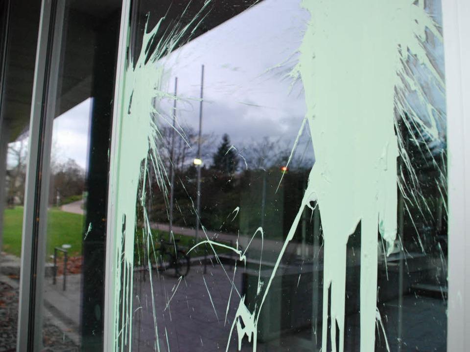 Von mehreren Farbbeuteln getroffen: di... des Regierungspräsidiums in Freiburg.  | Foto: Carlotta Huber