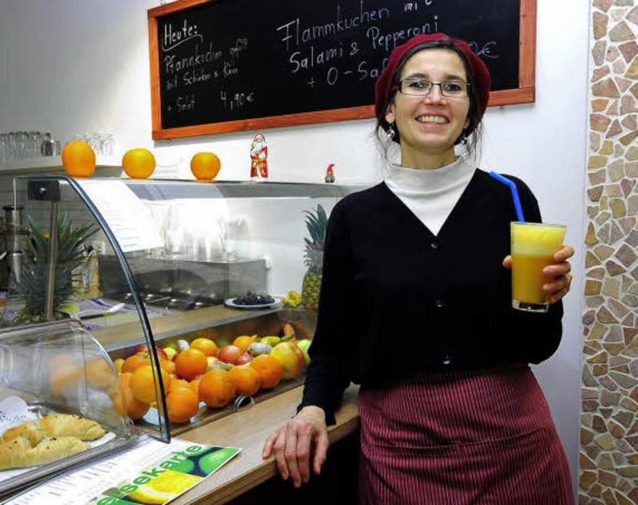Monika Falahen, die Inhaberin von &#82...it einem ihrer fruchtigen Erzeugnisse   | Foto: Thomas Kunz