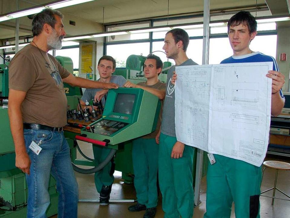 Ausbilder Dieter Voglsgsang (links) unterrichtet die Raymond-Azubis.   | Foto: HERBERT FREy