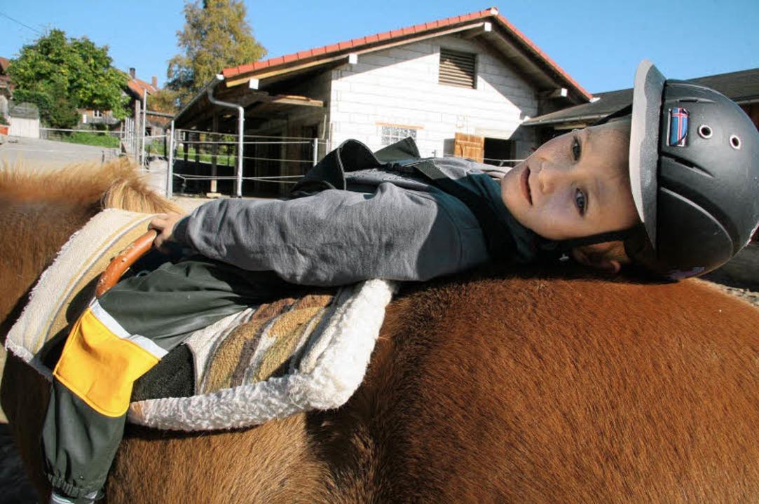 Ganz schön bequem, so ein Pferderücken. Und Spaß macht Reiten auch.   | Foto: Weik