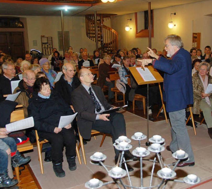 Mit Wolfgang Erber (oben links, Orgel)...) und dann wieder die Großen anleitete    Foto: F.Kiefer