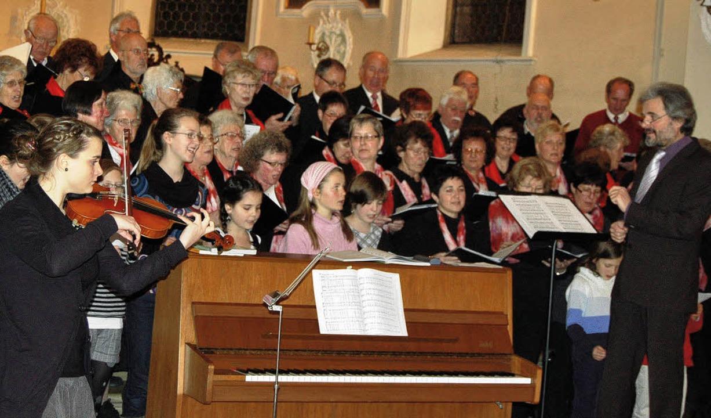 Zum Abschluss des Chorkonzerts in Hänn...er, links an der Violine Anna Moser.    | Foto: Melanie Dramac