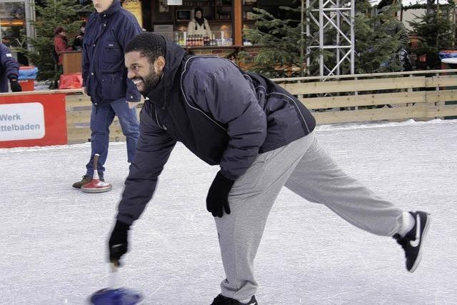 Basketballer frieren beim Eisstockschießen