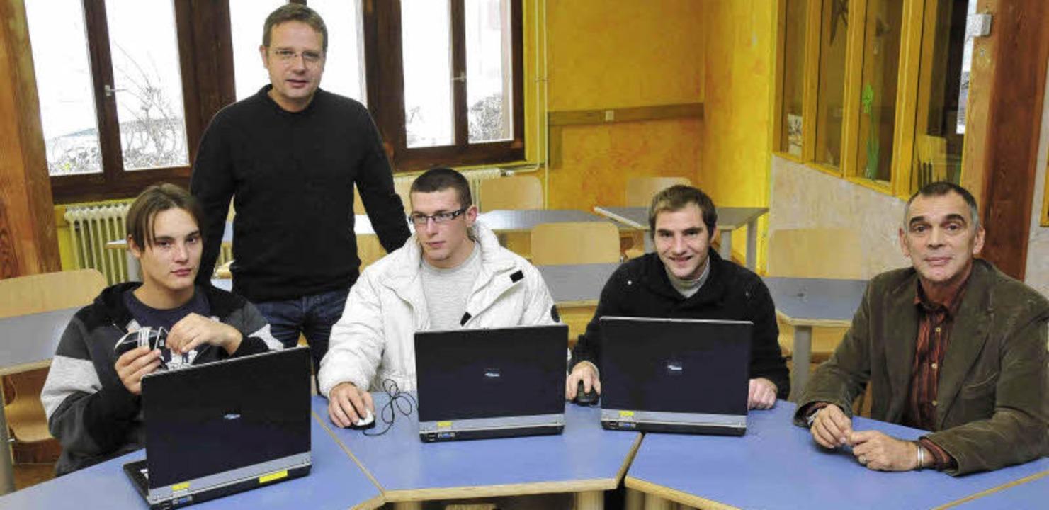 Matthias Firnkes, Fachberater für beru...) mit Patienten im neuen Computerraum.  | Foto: Haus Weitenau