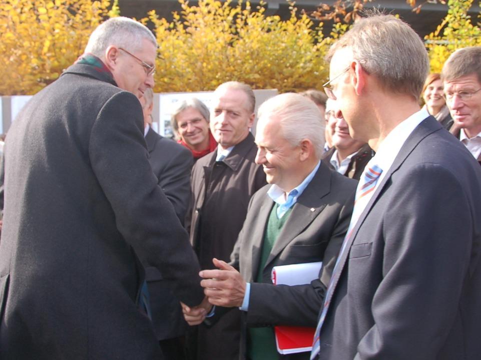 Handschlag mit OB Dietz: Bahnchef Rüdi...tation der Stadt persönlich zu prüfen.    Foto: Senf