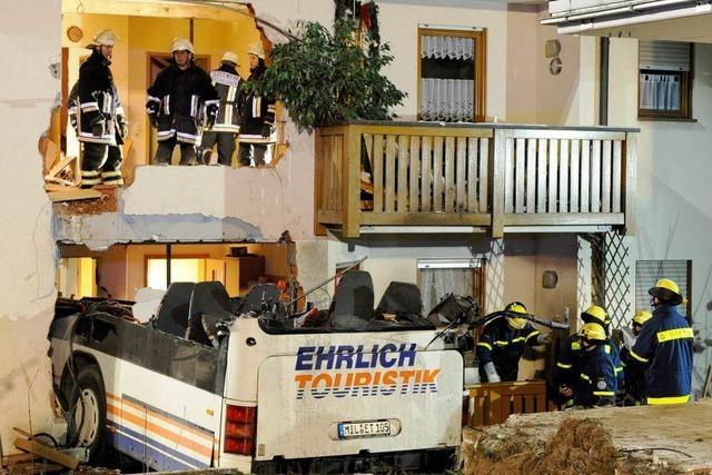 Bus prallt bei Schneeglätte in Wohnhaus – zwei Tote