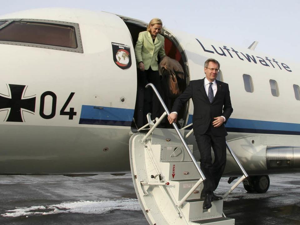 Nach der Landung in Lahr: Bettina und Christian Wulff steigen aus dem Flugzeug.  | Foto: Elke Günther/BFAL