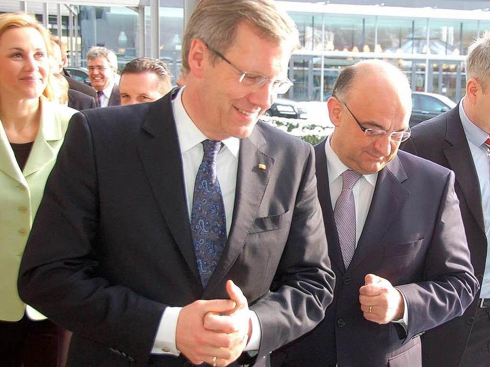 Der Bundespräsident mit den Sick-AG-Vo...rsitzenden auf dem Weg in den Betrieb.  | Foto: Sylvia Timm