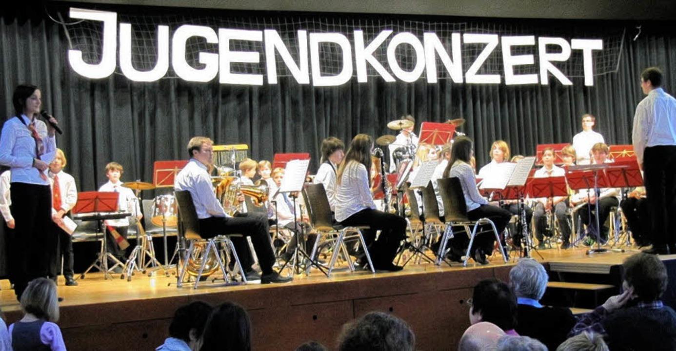 Die  Jugendkapelle des Musikvereins Ri...rte  in der voll besetzten Römerhalle.  | Foto: Helmut Hassler