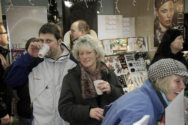 Einkaufen ohne Hektik in verschneiter Hauptstraße