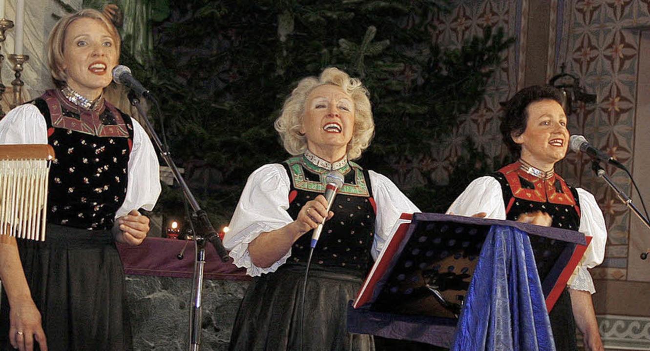 Gabi Seitz (Mitte) mit ihren beiden Begleiterinnen beim Konzert in Kürzell.     Foto: Heidi Fössel