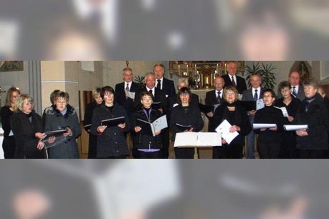 Chöre singen Adventslieder für zwei neue Glocken