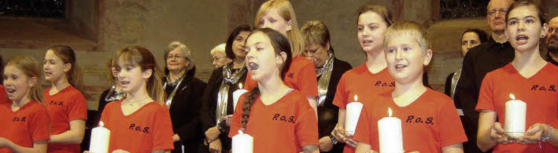 """Die """"Youngsters"""" des Musik...er of Singers"""" mit  Kerzenlicht     Foto: Bianca Flier"""