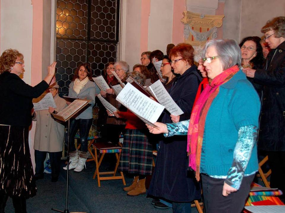 Der Kirchenchor unter Leitung von Emil...eicherte die Messe mit seinen Liedern.  | Foto: Binner-Schwarz