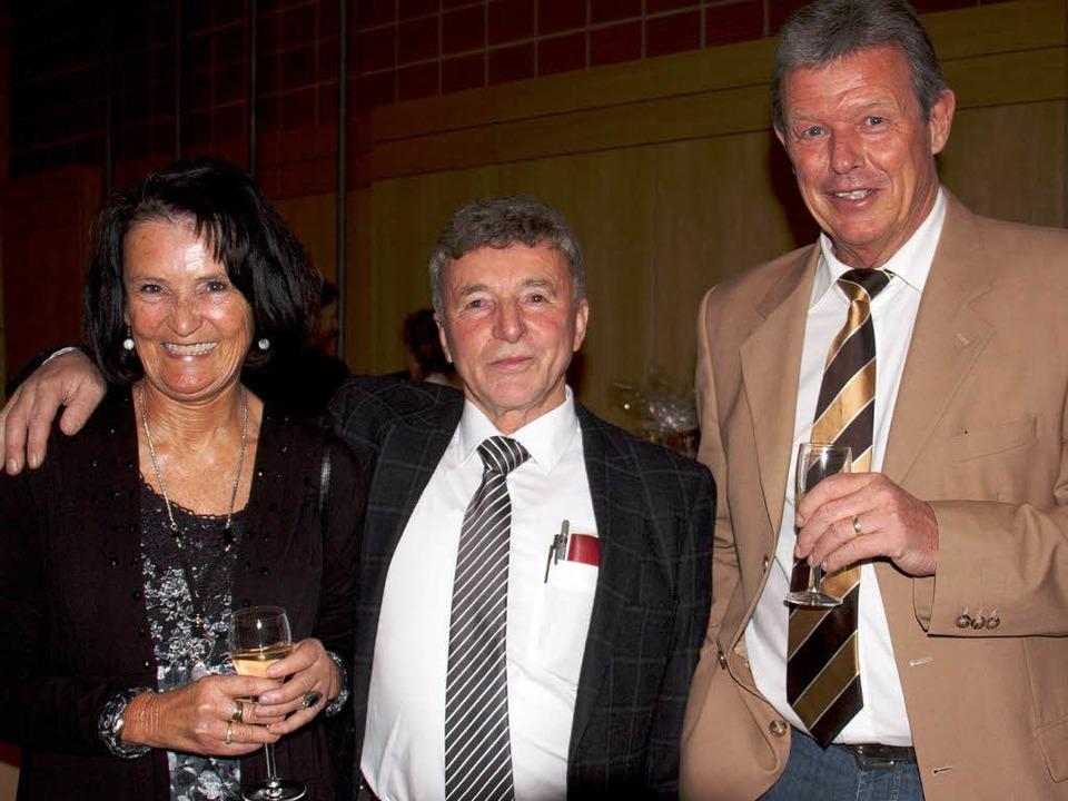 Manfred Staller (Mitte) feierte seinen...h Kiefer und Frau Monika gratulierten.    Foto: Christiane Seifried