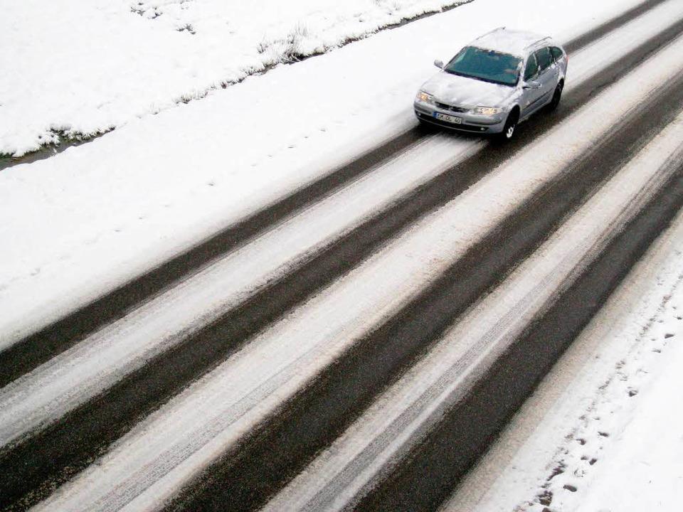 Winter im Kreis Emmendingen: Ein Autof...genommen am ersten Weihnachtsfeiertag.  | Foto: dpa