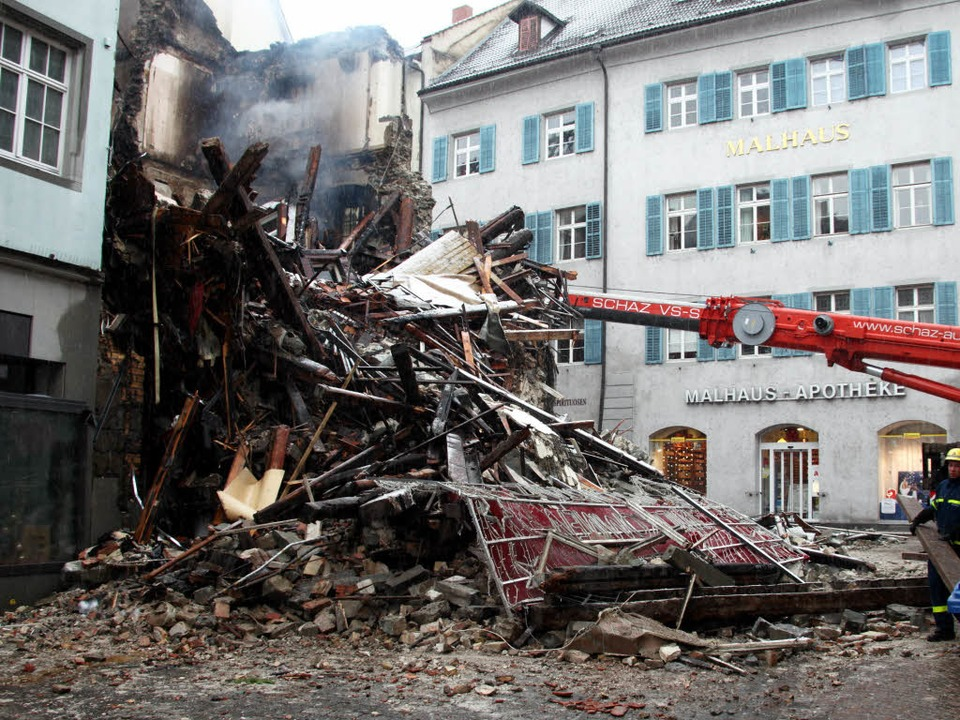 Feuerwehrmänner sichern den Brandort i...nzer Altstadt (Foto vom 24. Dezember).    Foto: dpa